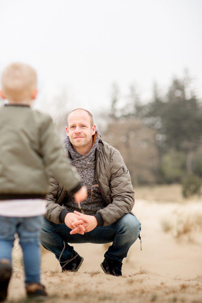 vader kijkt naar zoon